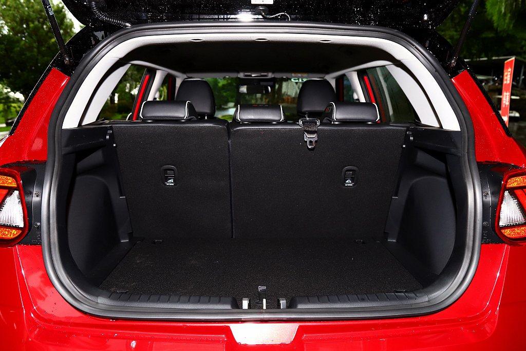 後行李廂基本容積為355L,雖然能透過後座椅背打平來擴充置物機能,但想要全員滿載...