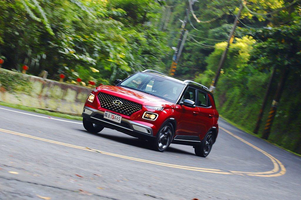Hyundai Venue底盤整體設定不僅頗有歐系車的沉穩風格,快速過彎時也能穩...