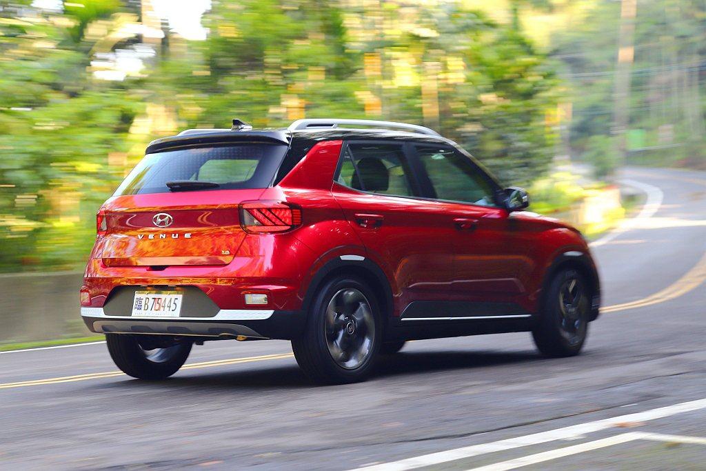 車高帶來的慣性問題以及中性的轉向回饋設定,仍清楚表明Hyundai Venue是...