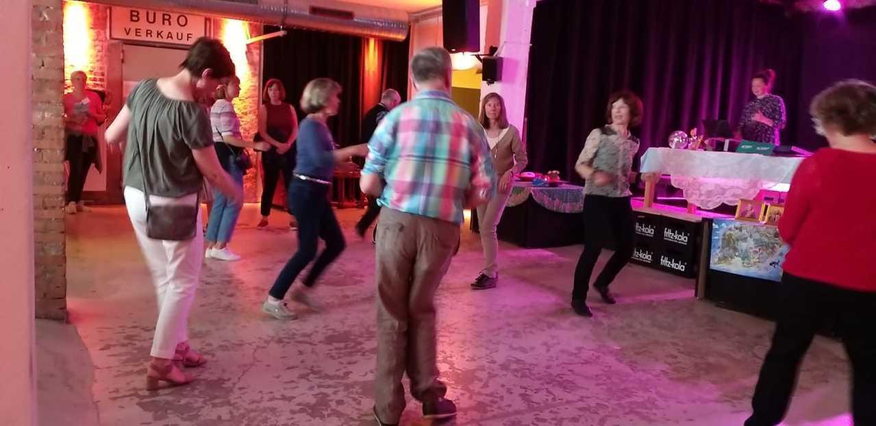 現今德國最紅的DJ,當屬讓老人在潮酒吧搖滾起來的Mitra,掀起一股老人娛樂浪潮...