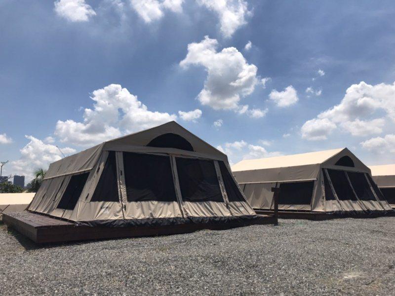 高雄市觀光局在旗津推出的露營區,風景絕佳,讓露營愛好者坐臥海濱,與浪潮共眠。 圖...