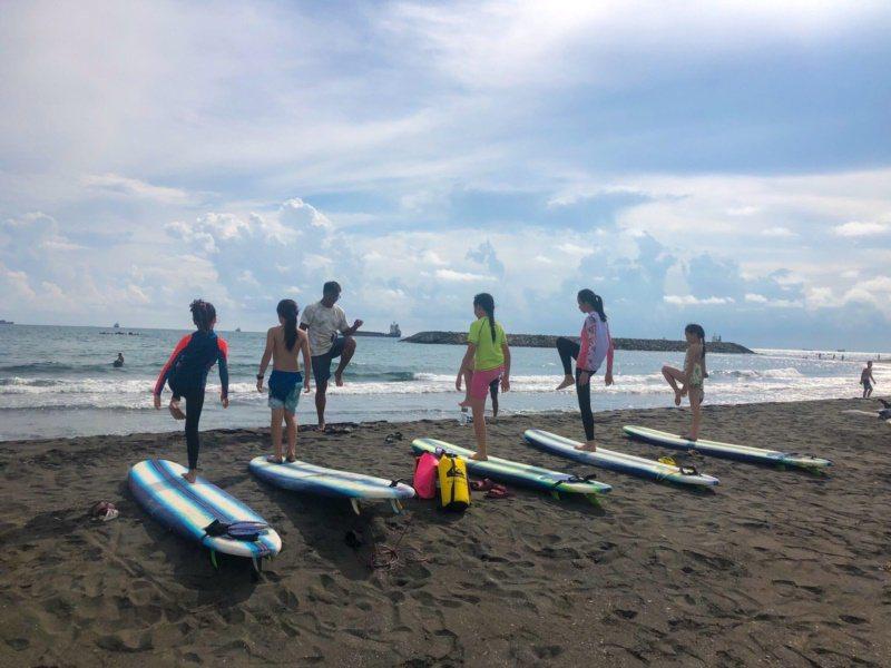 高雄旗津擁有美麗海灘、海景,每到夏天,遊客絡繹不絕。 圖/高雄市觀光局提供