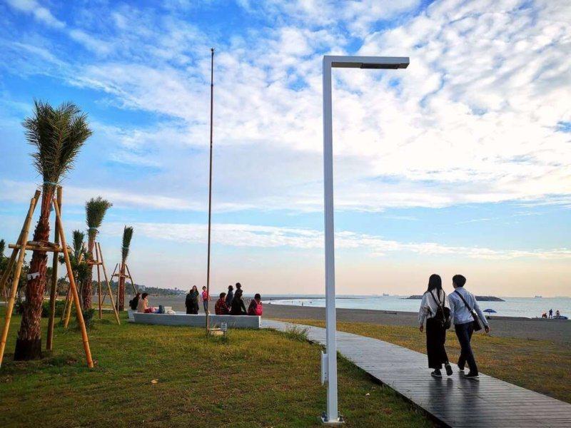 走在高雄旗津臨海木棧步道,享受愜意氛圍。 圖/高雄市觀光局提供