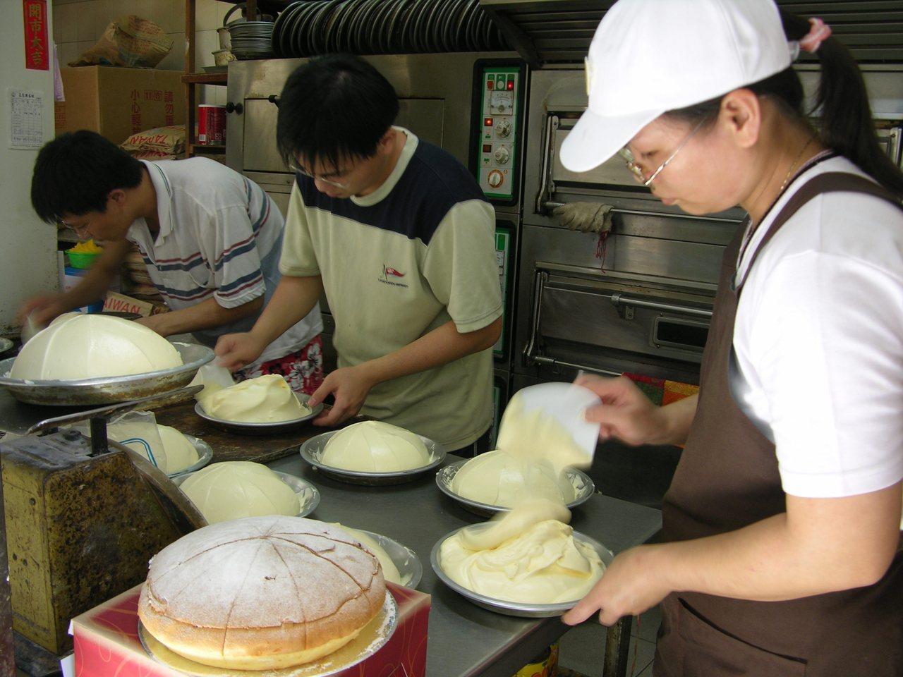 高雄市的正家興蛋糕當紅,訂單不斷,但一天只賣兩百個,消費者得等半個月才能取貨。 ...