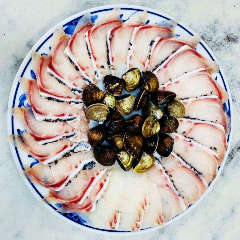 龍膽涮涮鍋的龍膽肉盤,新鮮看得見。 圖/鴨角活海產提供