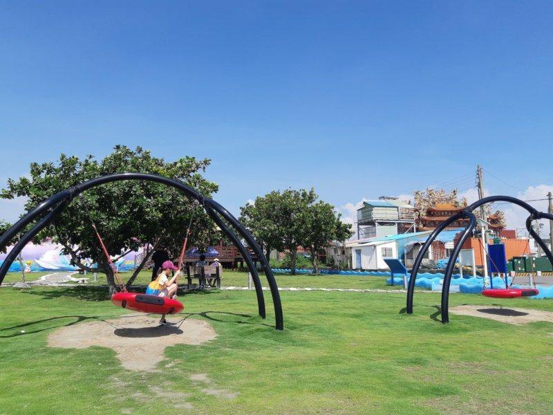 彌陀港邊新整建「南寮海岸光廊」,設計了船型觀景台,周邊還有親水河道、木棧道。 圖...