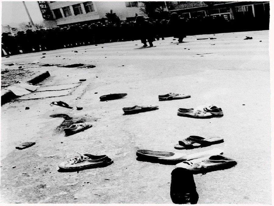 金鐘仁向後退一步,向光州事件犧牲者與市民跪拜致歉;這是歷史的一步,也只是和解契機...