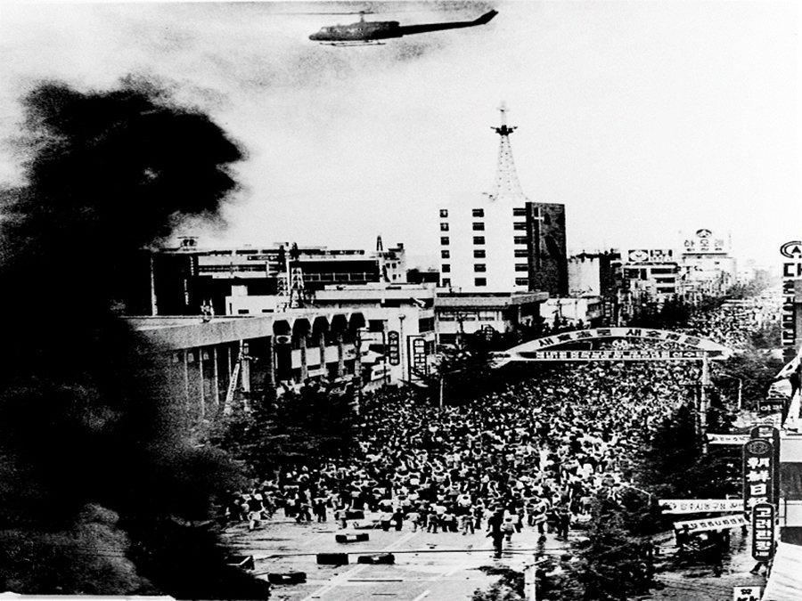 光州民主運動的過程是殘酷且血腥的;在金鐘仁之跪以前,南韓保守派也僅僅曾就「妄言事...