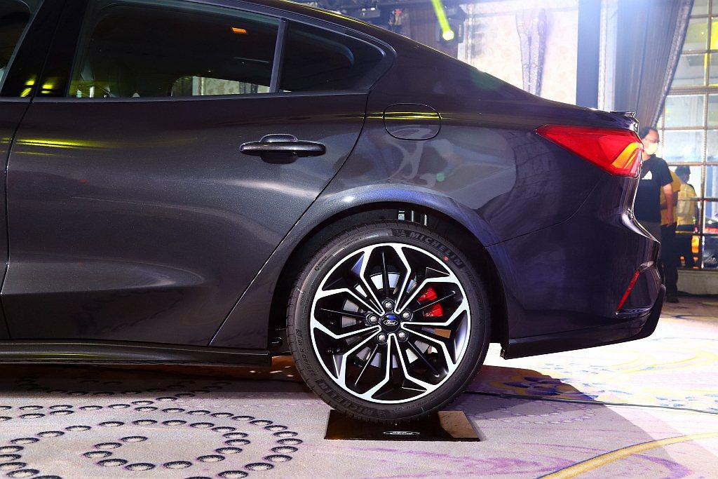 Lommel專屬賽道級懸吊系統、煞車系統(含紅色卡鉗、前後加大碟盤)以及車身降低...