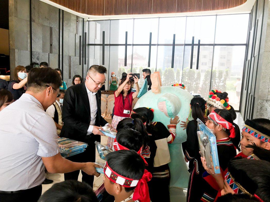 清景麟教育基金會及富宇慈善基金會共同送小朋友文具禮品。 攝影/張世雅