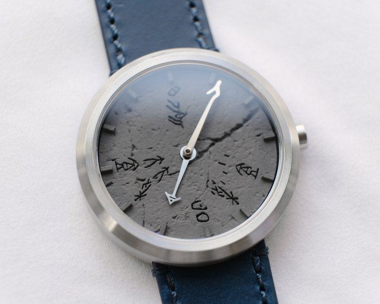 高密度水泥面盤,雖是現代的材質,卻有古樸自然的風格,十分符合這支表「時時刻刻,穿...