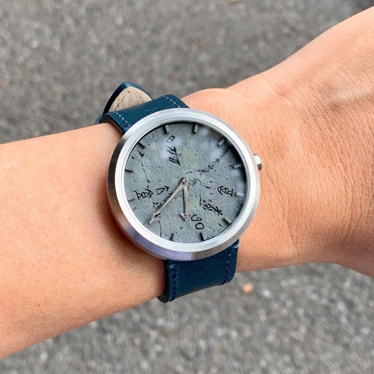 表徑40mm,厚度9.2mm,大小及比例適中均衡。無錶耳的設計,佩戴起來服貼舒適...