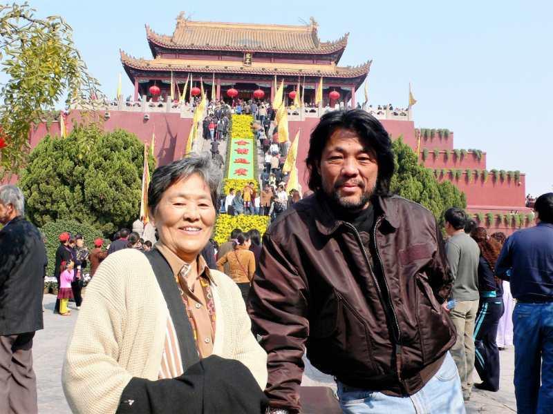 李屏賓(右)與媽媽感情深厚,媽媽過世後他仍日日懷念。圖/李屏賓提供