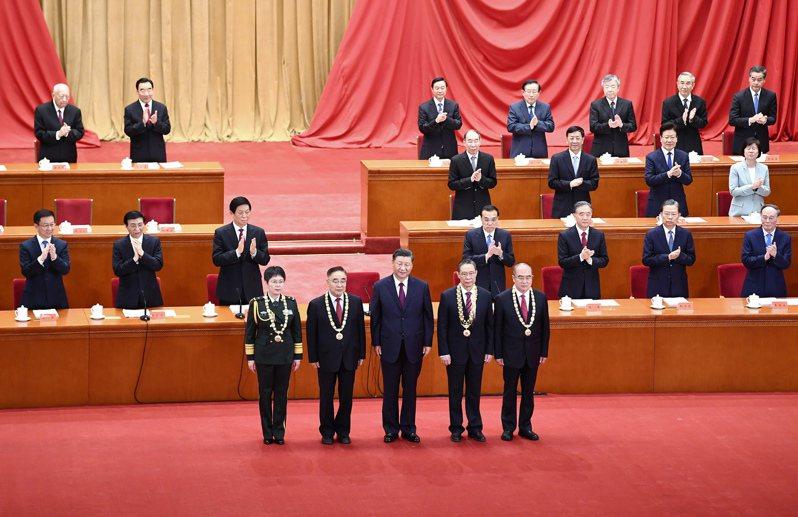 全國抗擊新冠肺炎疫情表彰大會 9月8日在北京人民大會堂舉行。習近平向「共和國勛章」獲得者鍾南山(前排右二),「人民英雄」國家榮譽稱號獲得者張伯禮(前排左二)、張定宇(前排右一)、陳薇(前排左一)頒授勛章獎章。 (新華社)