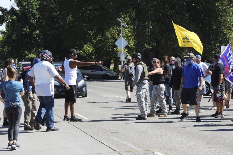 挺川團體發動車隊大遊行7日起在波特蘭南邊小鎮俄勒岡市(Oregon City)集合,抗議一名極右派川普粉絲上月底在波特蘭抗爭運動中遭遇槍擊死亡。圖為挺川陣營與反川群眾在塞勒姆爆發衝突。(美聯社)