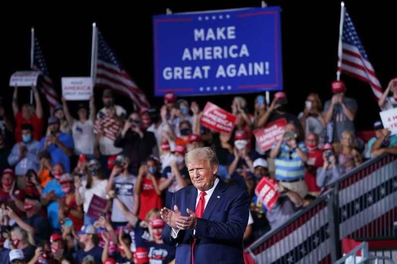 川普總統8日連跑佛州與北卡州競選。圖為他8日晚在北卡州史密斯軍諾機場機棚內舉行大規模造勢。(美聯社)