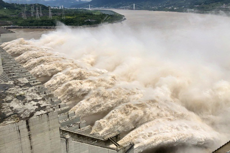 中央大學太空及遙測研究中心利用衛星遙測中國大陸7月長江水患淹水區域,研究顯示,三峽大壩除了水庫右岸的防護土石壩有輕微下陷趨勢,壩體並無明顯變形。中新社