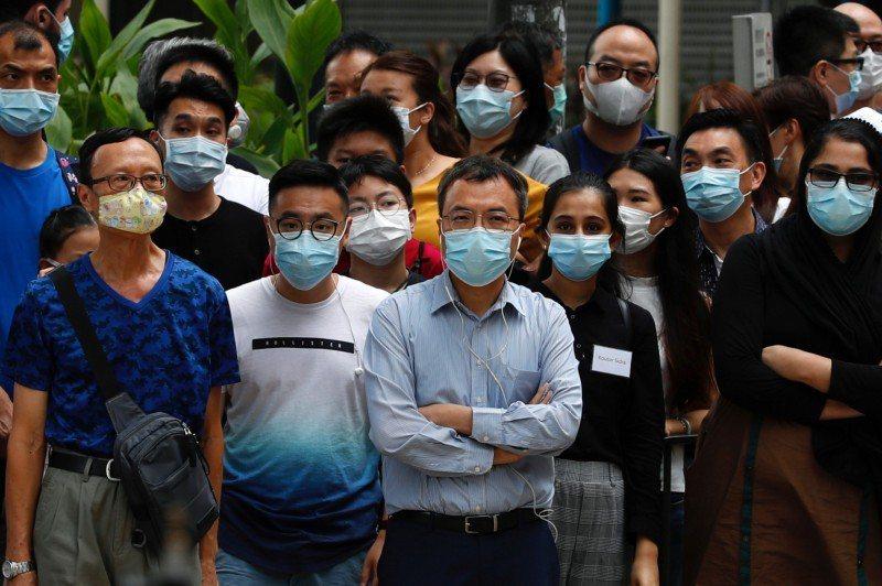 香港當局9日決定再度延長新冠肺炎病毒檢測計畫,從現在的11日延長3天,14日正式結束。圖/取自路透社