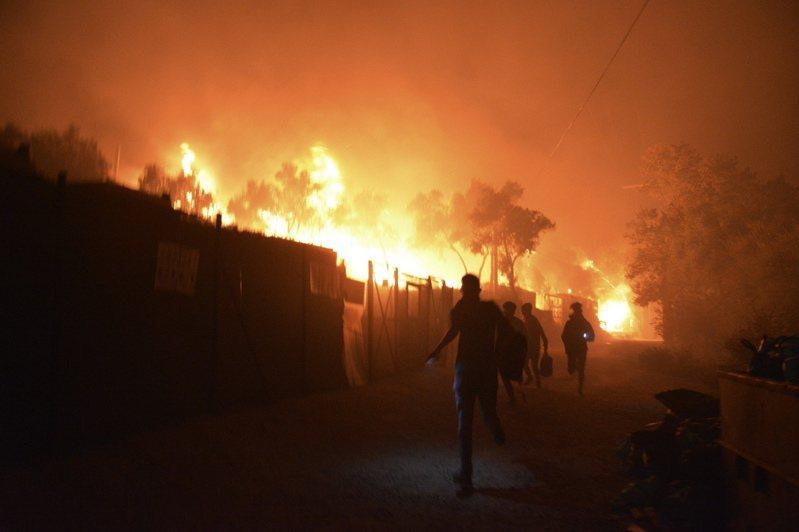 希臘最大的難民營今天凌晨發生大火。美聯社