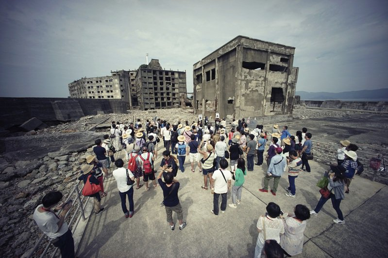 長崎市外海的軍艦島上,1916年建造的公寓「30號樓」在今年第10號颱風海神侵襲時受損,已知梁柱有部分崩塌。美聯社