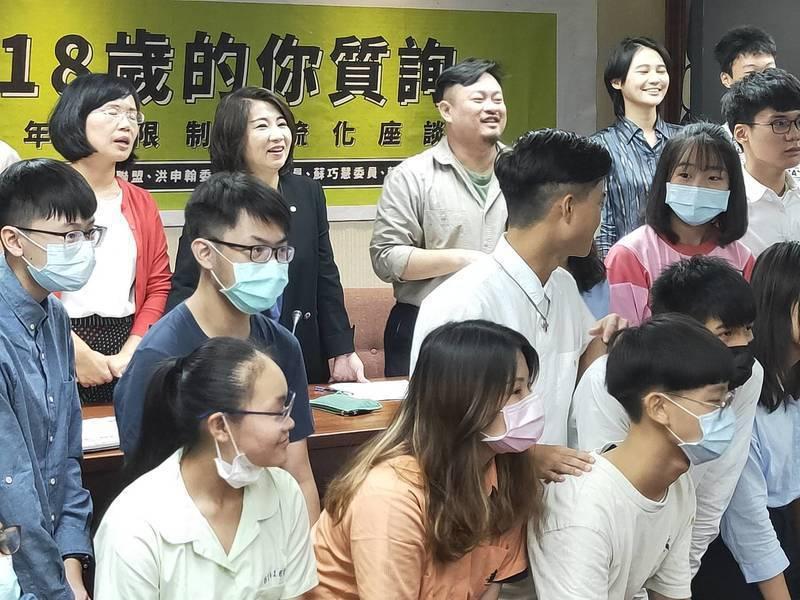 綠委蘇巧慧(後排左起)、周春米、洪申翰與賴品妤舉辦青年座談會,邀請學生體驗質詢,並分享青年參政權的立法推動過程。 台灣醒報