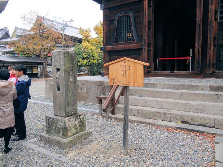 輪迴塔,柱間石輪稱輪迴車,據說轉上一圈便能救苦脫難