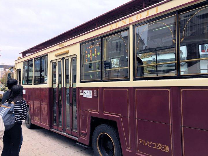中間有一排面向窗外座椅的巡迴巴士