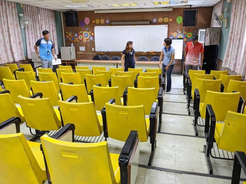 北峰國小視廳教室椅子上的夾板也很容易夾傷人,新北市議員白珮茹協助將椅子全部更新。 圖/觀天下有線電視提供
