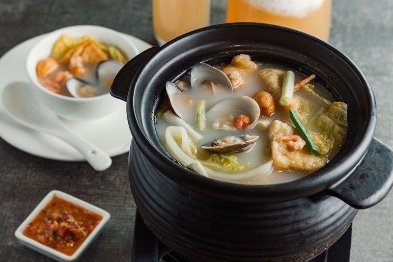 選用老母雞與豬骨以慢火熬製8小時的「翠玉白菜燉軟豆腐」。 攝影/Ray