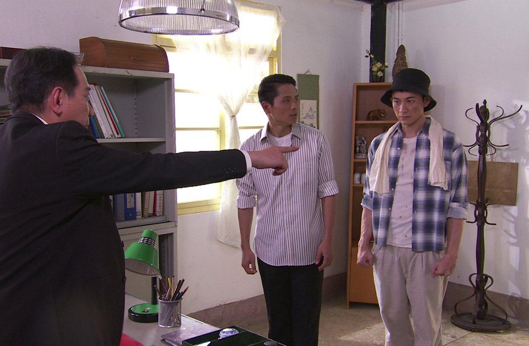 曾子益(右)喬裝打扮成農夫的模樣辦案。圖/台視提供