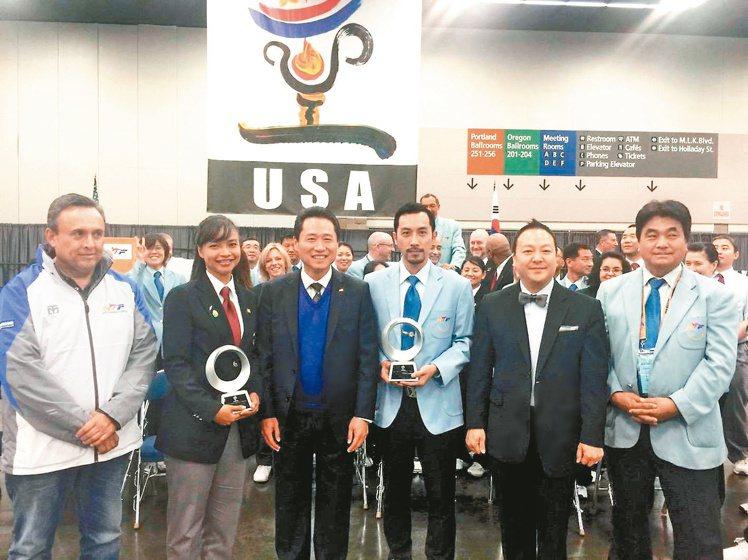 劉俊賢(右三)於2016年跆拳道美國公開賽獲「最佳裁判」殊榮。圖/劉俊賢提供