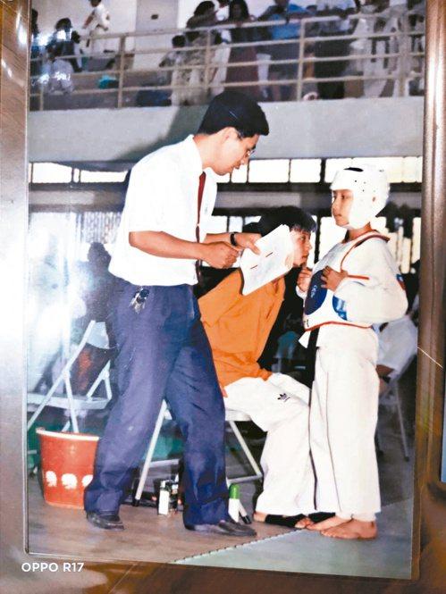 劉俊賢小學時上場比賽,身為國家級教練的父親劉德興在場邊指導。圖/劉俊賢提供