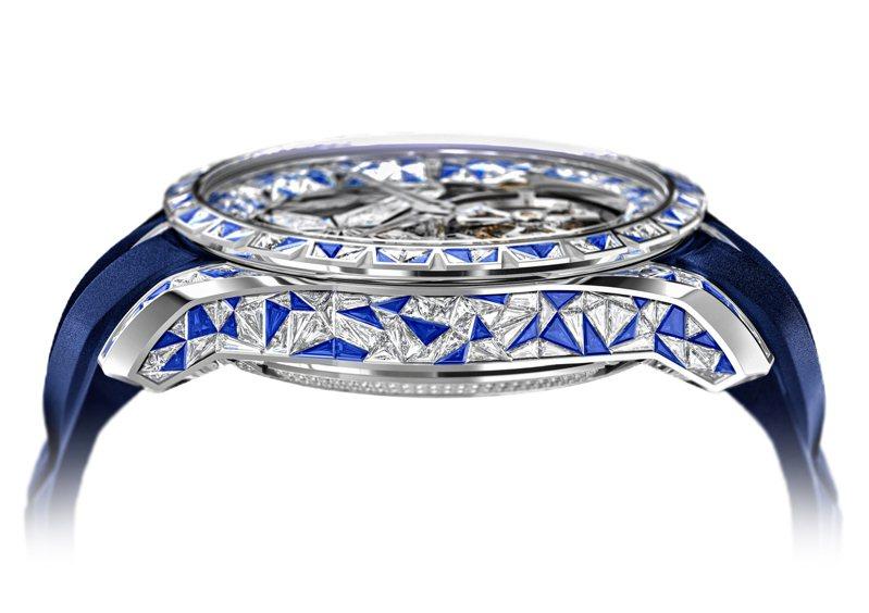從表圈、表耳,全數在曲面上以隱密式工法鑲嵌600顆四面體的鑽石與藍寶石,超越瘋狂與想像力的邊界。圖 / Roger Dubuis提供。