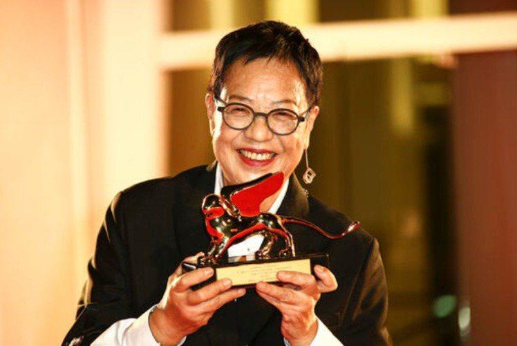 首位獲選威尼斯影展終身成就獎得主的華人女導演許鞍華,開心從本屆正式競賽評審團主席凱特布蘭琪手上接過獎座,笑著親吻金獅。她的最新作品「第一爐香」也在影展以特別放映、不參與競賽方式呈現。由於全球新冠肺炎...
