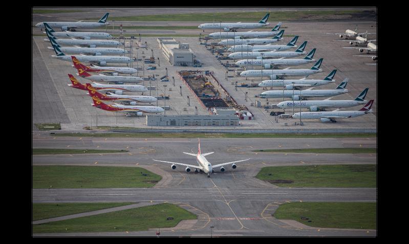 圖為香港國際機場停泊的客機。受新冠肺炎疫情影響,7月訪港旅客僅約2萬人次,較去年同期減少99.6%。 歐新社