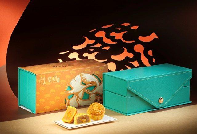 傳統港式奶黃月餅推出珠寶盒包裝,年輕化的形象更能打動年輕消費者。圖/皇玥提供