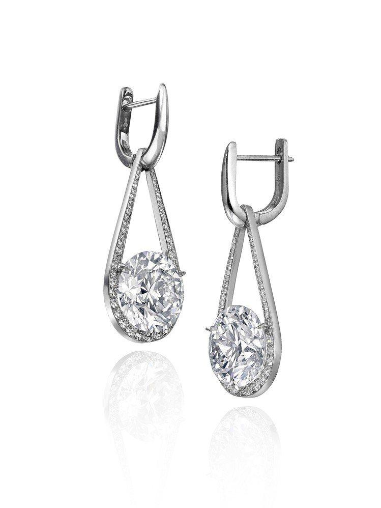蘇富比鑽石攜手華裔設計師劉孝鵬創作的鐘擺耳環,價格私洽。圖/蘇富比提供