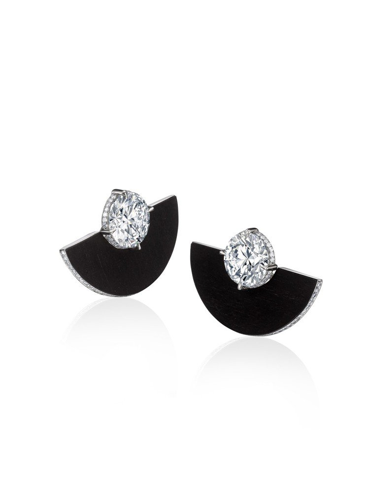 蘇富比鑽石攜手華裔設計師劉孝鵬創作的靈芝耳環,價格私洽。圖/蘇富比提供