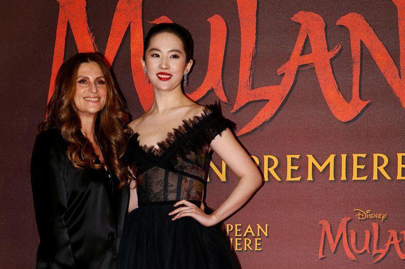 劉亦菲(右)與《花木蘭》導演妮琪卡羅3月12日出席歐洲首映會。路透