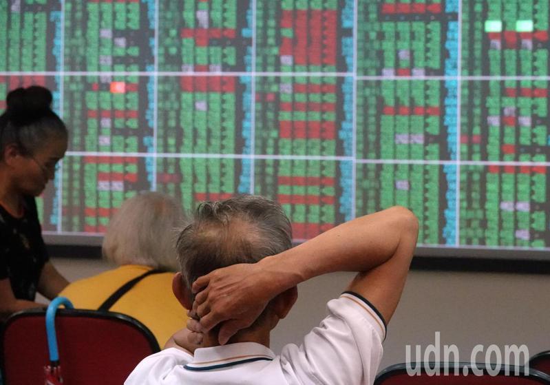 受美股開低走低四大指數收盤全數下跌影響,台股上午開盤跌71.38點,盤中跌點擴大,跌逾170點,投資人心慌慌。記者曾吉松/攝影