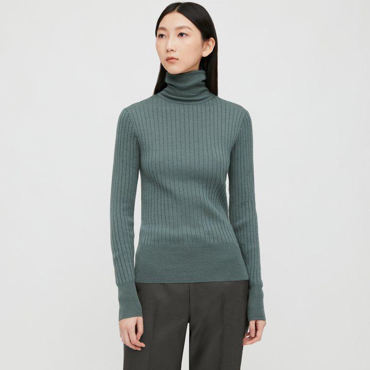 UNIQLO U系列精紡美麗諾羅紋高領毛衣990元。圖/UNIQLO提供