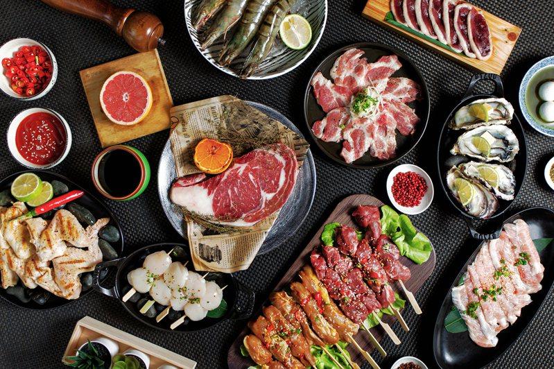 民眾瘋烤肉,新竹老爺酒店Le café咖啡廳主廚推出嚴選十道美味海陸兼具的外帶燒肉禮盒。圖/新竹老爺酒店提供