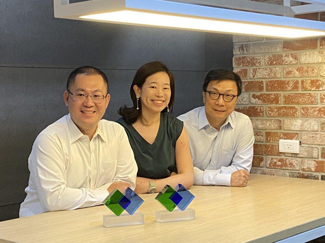 中華開發創新加速器總經理郭大經(右)與勤業眾信(Deloitte)新創事業服務團...