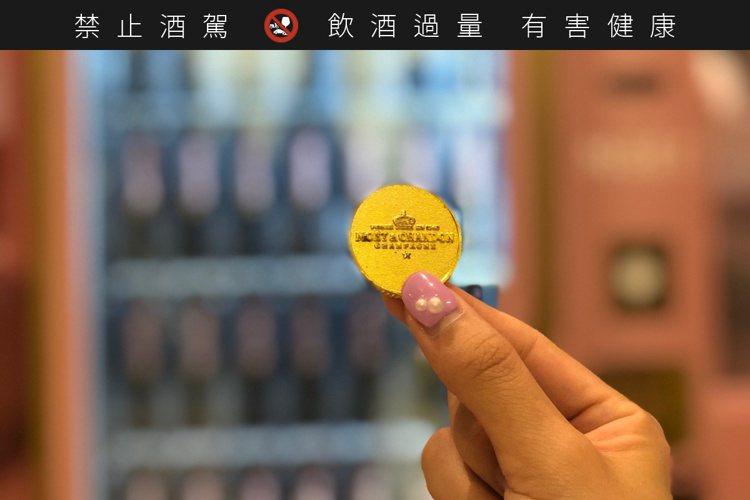 現場購買Moët金色代幣,即可投入販賣機購買。記者/高婉珮攝影。提醒您:禁止酒駕...