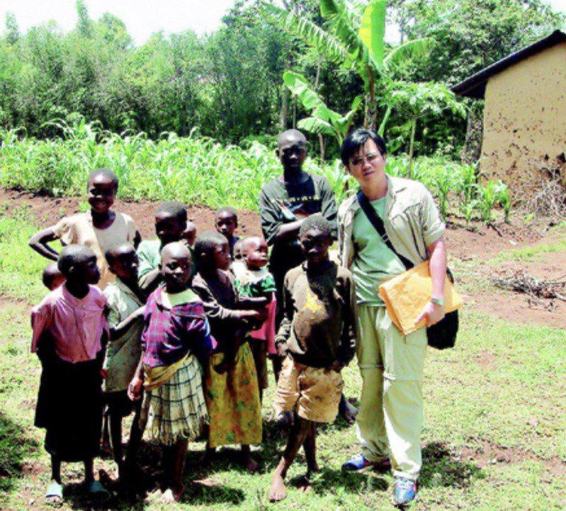 成大國際醫療中心主任許以霖(右)長期從事國際醫療救援工作。圖/本報資料照片