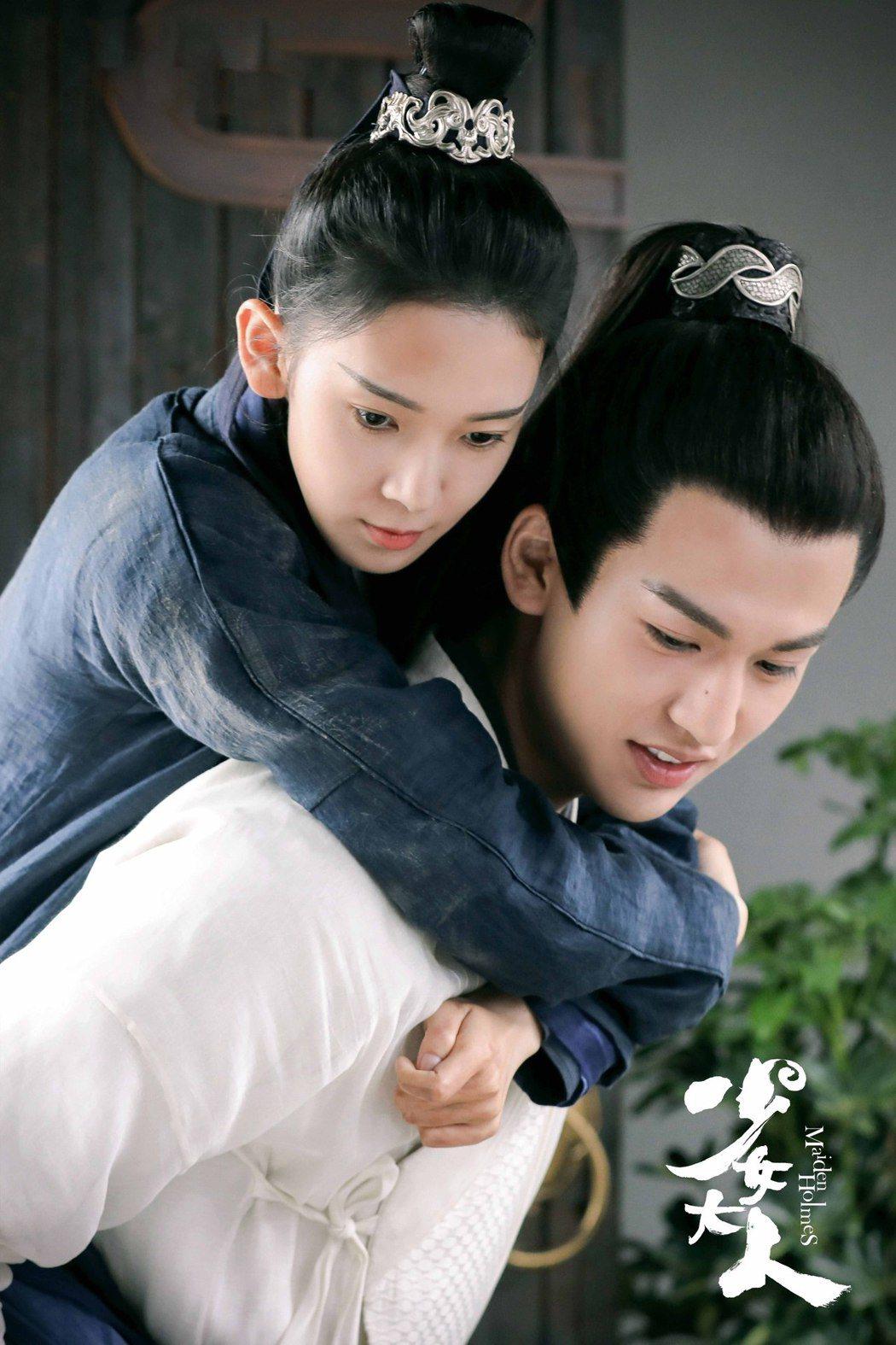張凌赫(右)與陳瑤在「少女大人」中有許多親密對手戲。圖/摘自微博
