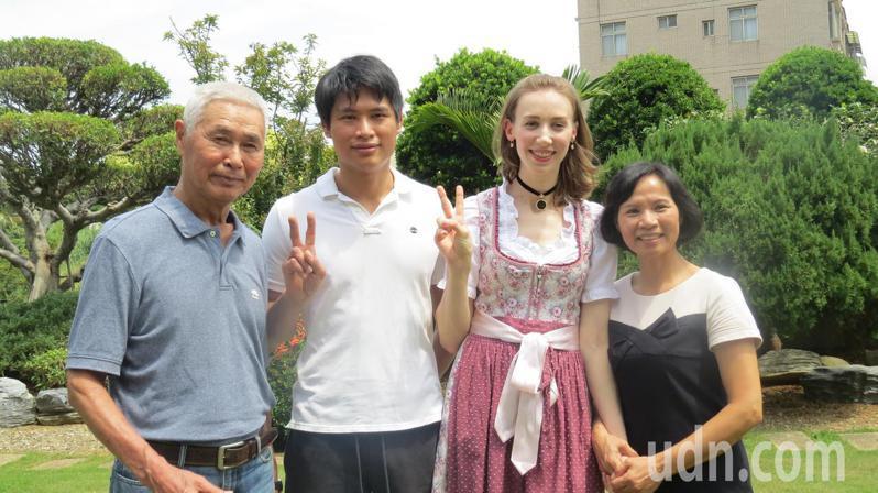 德國媳婦謝蕯莉(右二)嫁來台灣2年,愛當苗栗人,全家和樂融融。記者范榮達/攝影