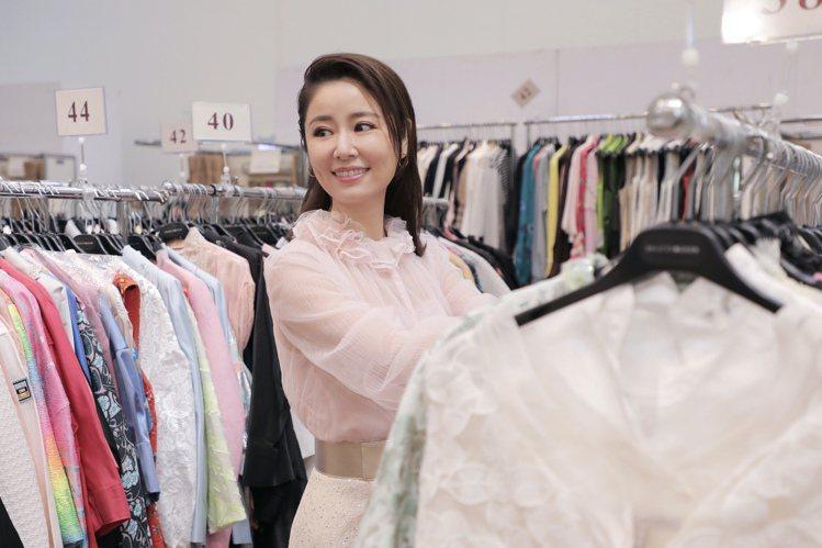 林心如在第17屆夏姿「拾華」慈善特賣會為母親挑生日禮物。圖/夏姿提供