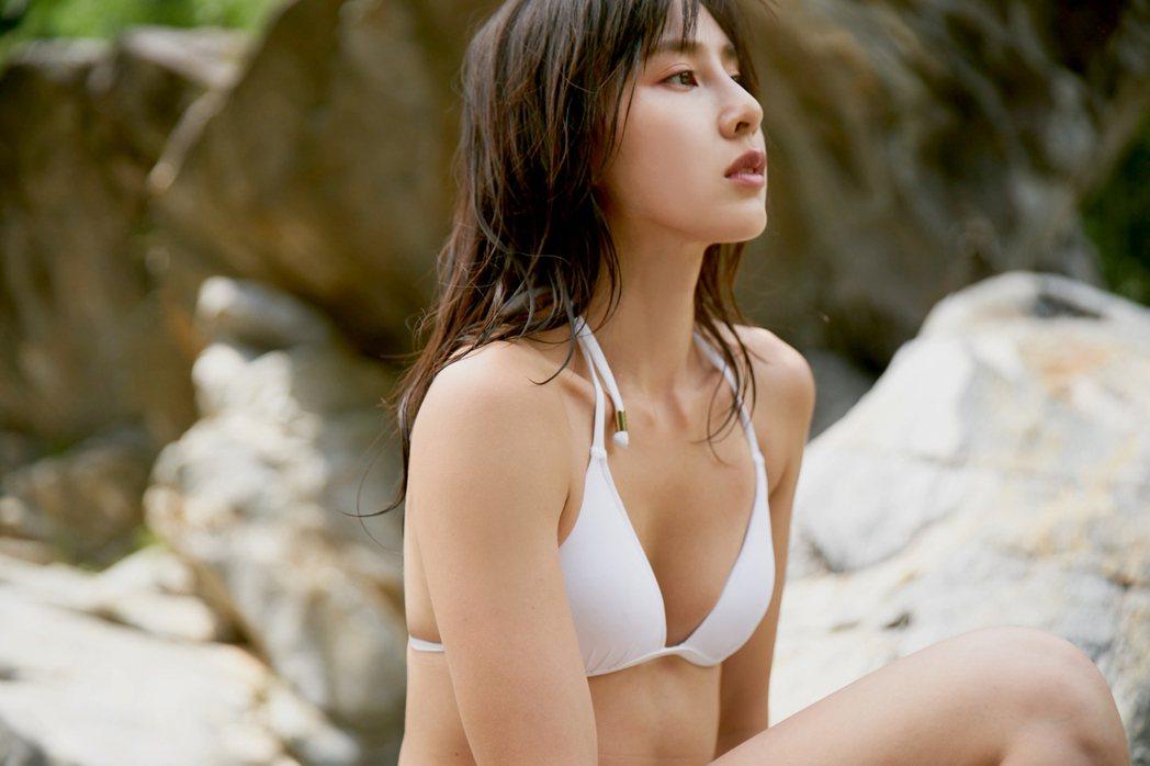 房思瑜身穿白色比基尼,五官及身體線條展露無遺。圖/TVBS提供