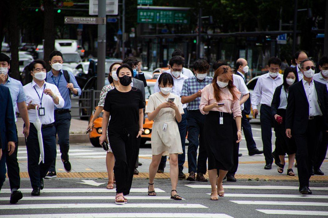 南韓防疫部門9日證實已出現新冠與流感雙重感染病例,圖為首爾市街頭人口一罩畫面。歐...